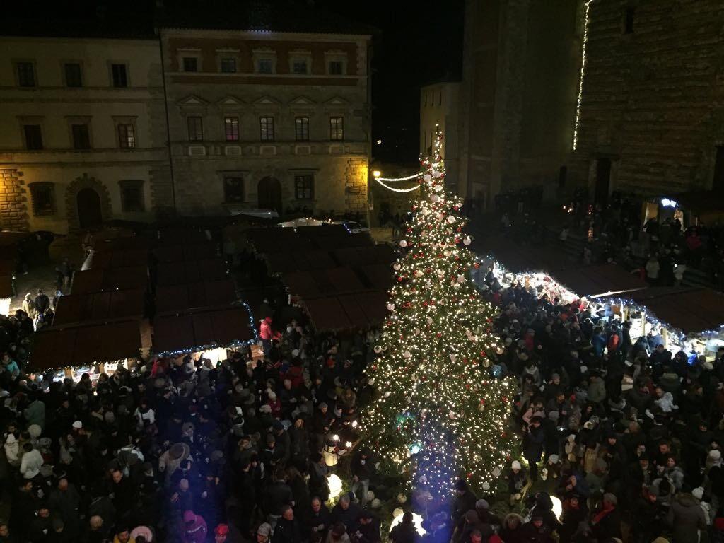 Anche a Capodanno gran folla di turisti a Montepulciano, successo per la festa in piazza