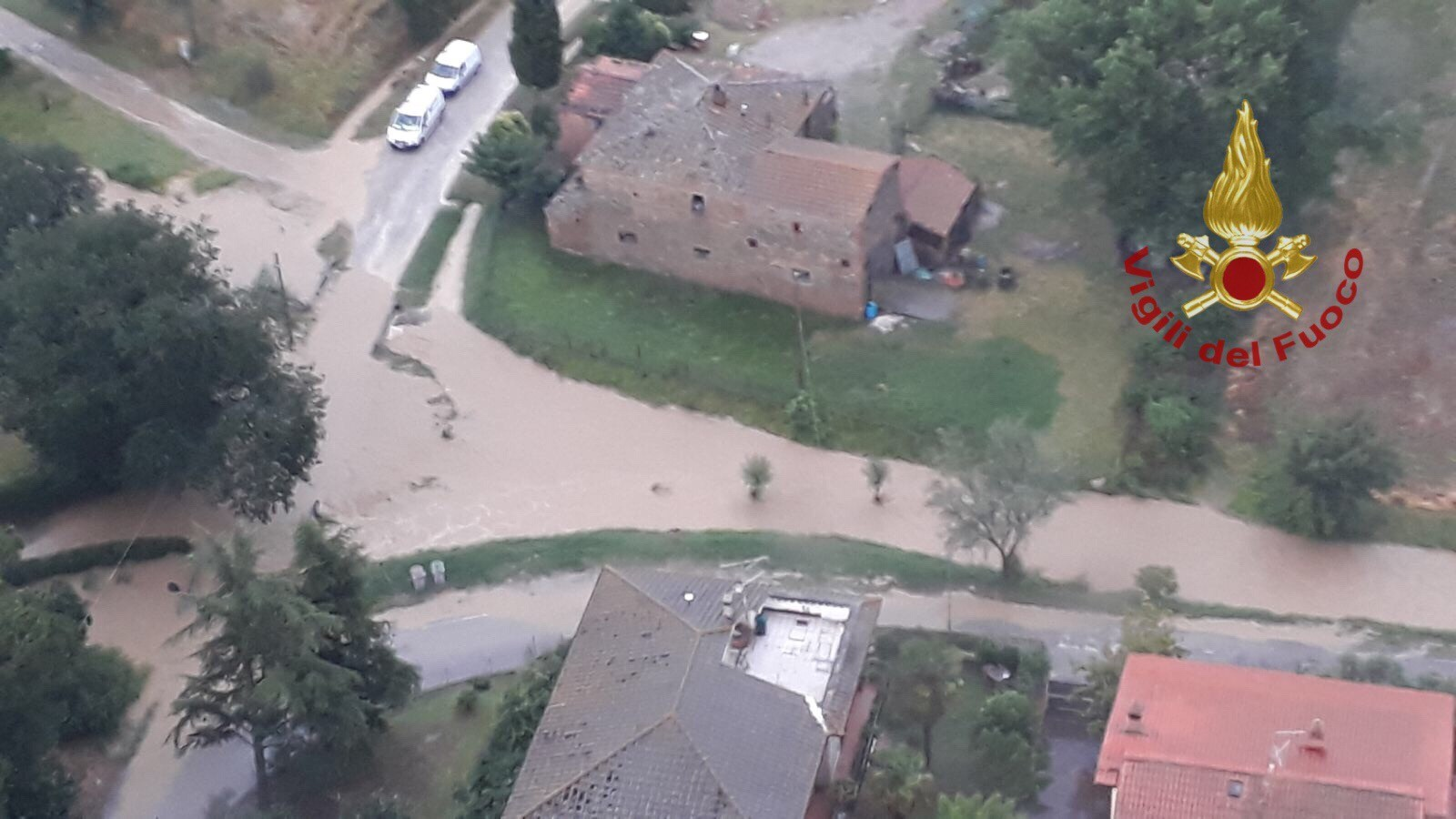 Bomba d'acqua nel cortonese, strade e case allagate