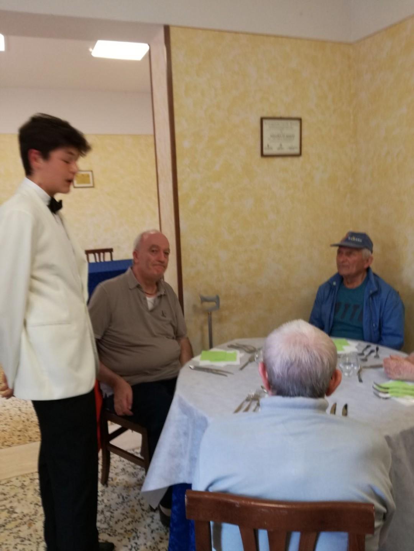 """Gli anziani del Centro Sernini """"coccolati"""" dagli studenti del Vegni"""