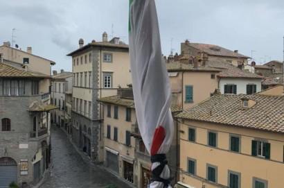 Anche Cortona ricorda le vittime del Covid-19