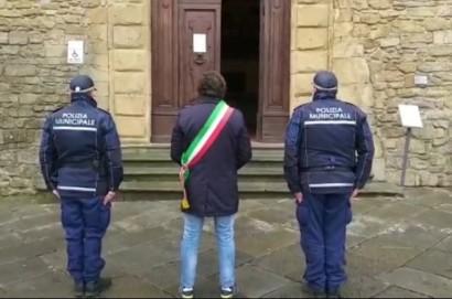 Bandiere a mezz'asta in segno di lutto, alle 12 l'Italia e Castiglion Fiorentino si sono fermati.