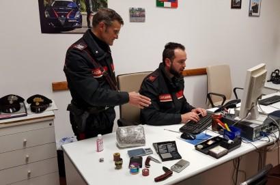 Tentano di occultare la droga durante il controllo: arrestato un ventenne e denunciato un minorenne in Valdichiana