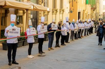"""La """"catena umana"""" del terziario imprenditori uniti per chiedere di far convivere salute e lavoro"""