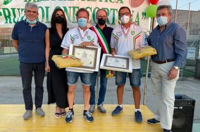 Cortona, riconoscimento ai campioni italiani di ruzzolone Ricci e Valiani