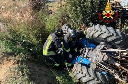 Uomo resta incastrato sotto il trattore