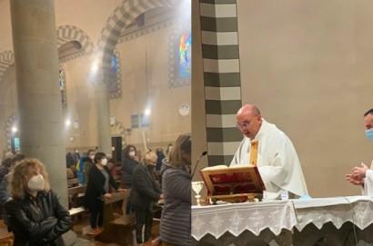 I cristiani di Camucia in preghiera di ringraziamento per gli otto anni di sacerdozio del loro parroco