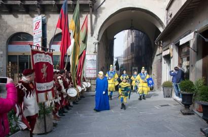 Porta Santo Spirito in pellegrinaggio a Cortona per festeggiare il leggendario anno giostresco - GALLERIA FOTOGRAFICA