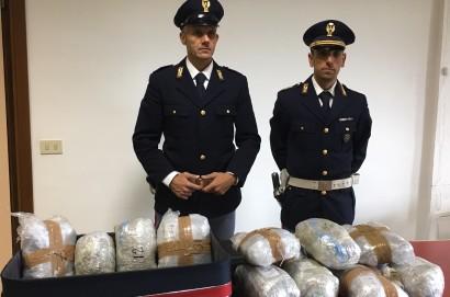 Sorride ai poliziotti per non farsi fermare: arrestato dalla Polizia di Stato con 16 chili di droga
