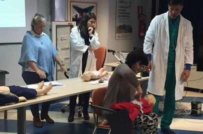 Un corso che insegna come salvare un bambino che sta soffocando