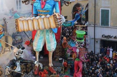 Carnevale di Foiano: problema tecnico al carro dei rustici: il Comitato tranquillizza, tutto sotto controllo