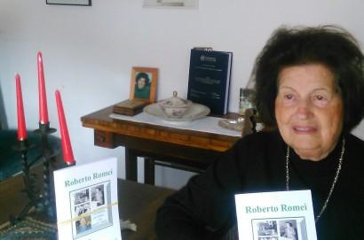 Consegnato a Giuliana Badii Romei il volumetto su suo marito Roberto
