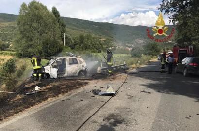 A Cortona auto prende fuoco dopo incidente