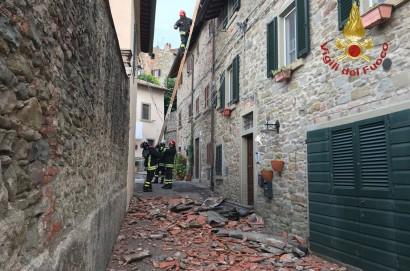 Cade porzione di tetto nel centro storico di Cortona
