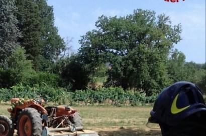 Si ribalta con il trattore, muore 70enne