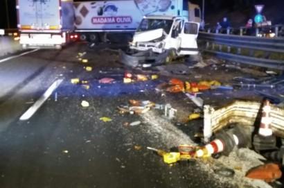Auto colpisce furgone fermo per lavori in autostrada: 5 feriti