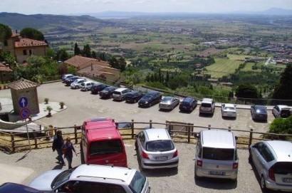 Furti alle auto, Comune di Cortona dice stop. Presto le telecamere nel parcheggio dello Spirito Santo