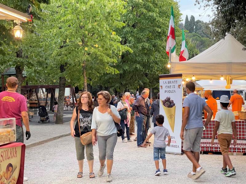 E' partita la prima edizione di CortonArt, fino a domenica artisti e cibo di strada, mercatini vintage