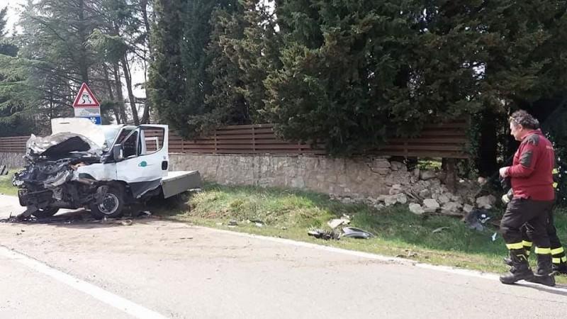Furgone esce di strada e si schianta contro un muro