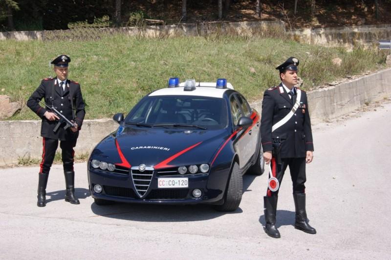 Scappano dai carabinieri a Foiano e cercano di investirne uno in servizio