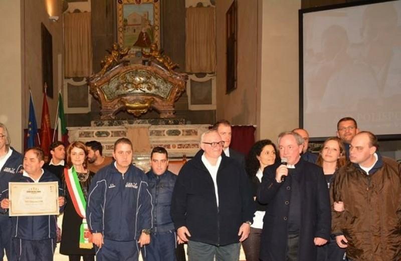 Il popolo sportivo cortonese si è stretto attorno ai ragazzi del Cam premiati dalle bandiere azzurre Magnini e Santucci.