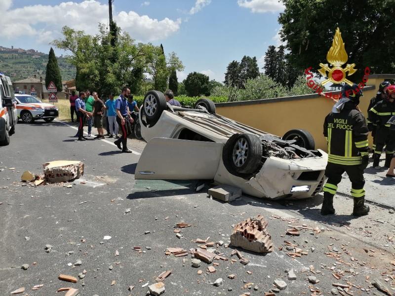 Incidente a Tavarnelle di Cortona, auto si ribalta