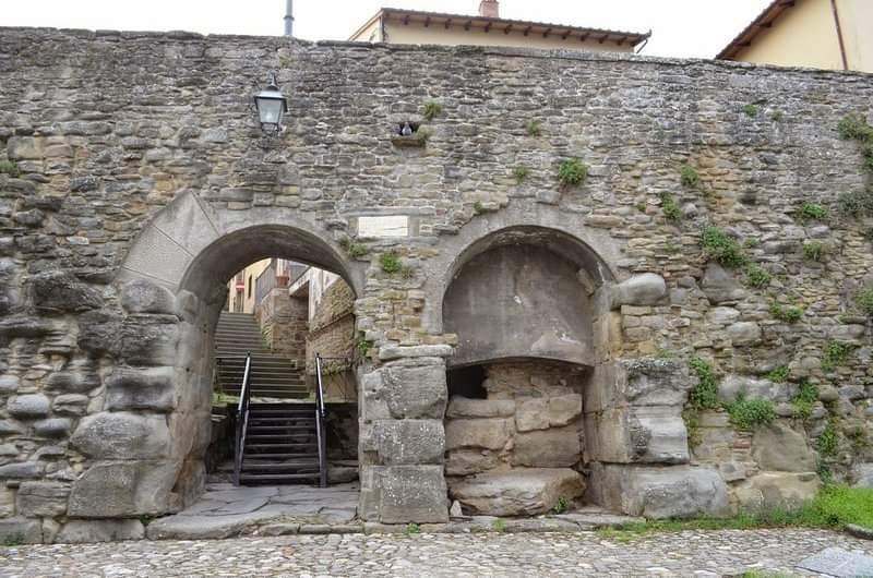 La vulgata sulla riapertura della Porta Bifora a Cortona