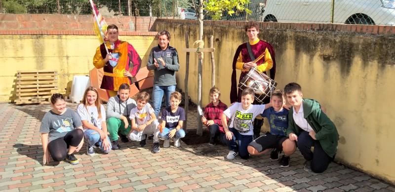 Donata una pianta dai ragazzi che hanno terminato il quinquennio lo scorso anno e dalle loro famiglie alla scuola elementare di Montecchio Vesponi